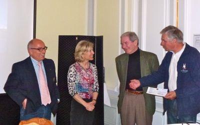 Cornélia et Jean-Pierre remetttent à Christian Raymond et Gérald Dufour, respectivement président et membre de l'association de la Barque des Enfants, le chèque de Frs. 2'000.- récoltés lors de notre participation à la Foire de la St-Martin 2011.