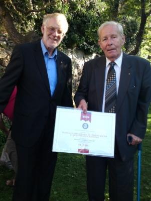 Le Président Stefan Marty remet le chèque au rotarien  Maurice Wenger