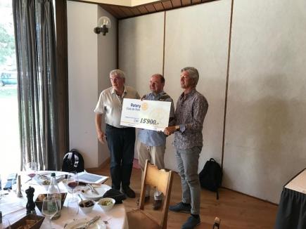 remise du don par le Président 2019-2020 du RC Sion André Gilloz et Jean-Daniel Balet, membre et amis de la Fondation au Président Pierre-Yves Maillard.